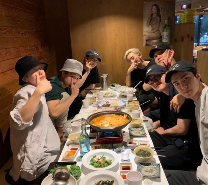 Sudah berkumpul bersama sejak 2012, ini serunya kulineran ala member EXO saat bersantap malam di salah satu restoran. Foto: Instagram