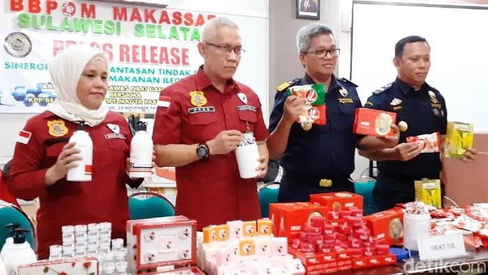 Foto: Balai Besar Pengawasan Obat dan Makanan (BBPOM) Makassar dan Bea Cukai Makassar menggagalkan penyelundupan obat-pangan ilegal (Muhammad Nur Abdurrahman/detikcom)