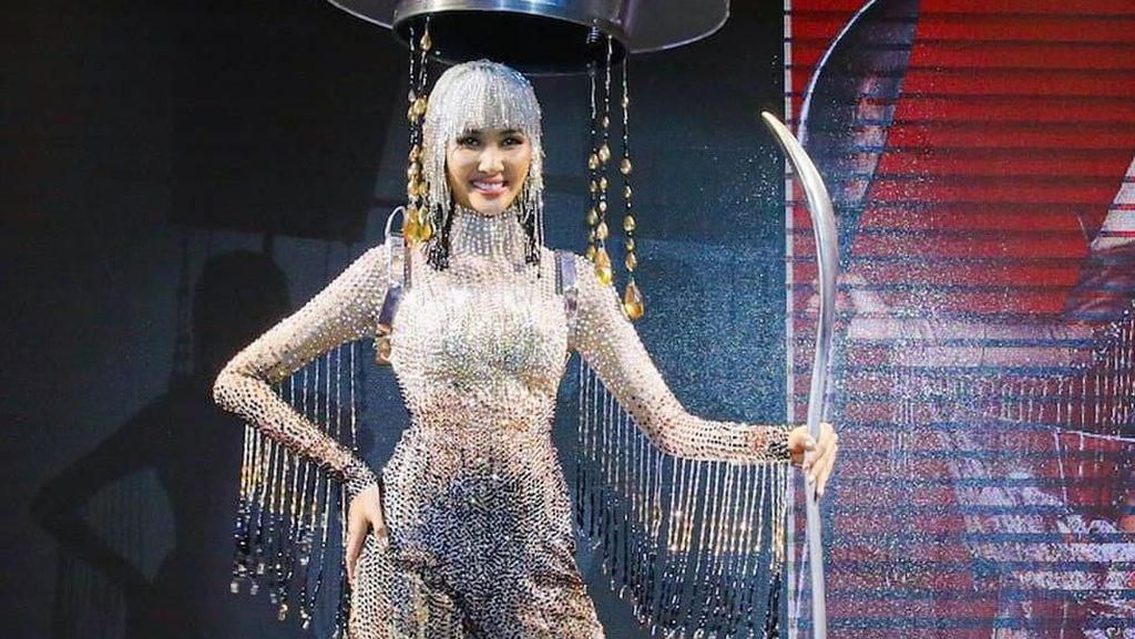 Foto Lucu Miss Vietnam Pakai Kostum Teko Kopi Raksasa untuk Miss Universe
