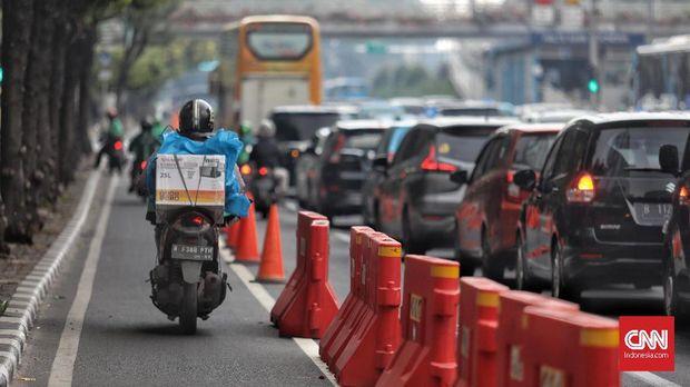 Pemotor tetap menggunakan jalur sepeda di Jl. MH Thamrin dengan tenang.
