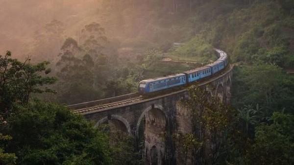Ini adalah nine arch bridge di Sri Lanka yang sudah banyak dikenal oleh para wisatawan. Banyak wisatawan yang memotret jembatan terkenal ini, tapi Lee berhasil mendapat hasil foto yang berbeda dari wisatawan lainnya. (Lee Mumford)