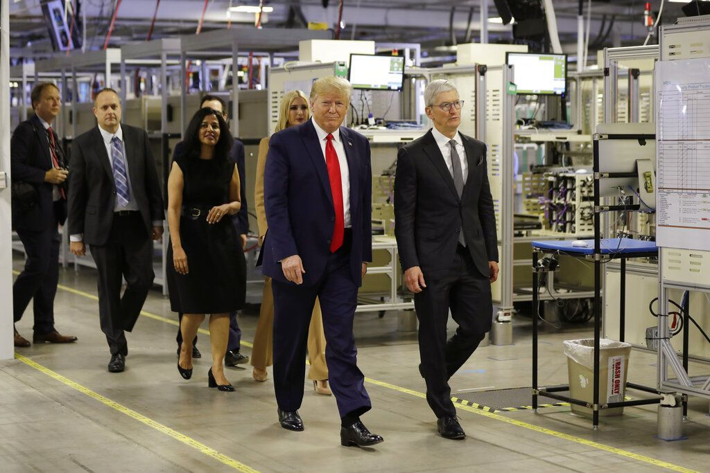 Tampak Donald Trump bersama Tim Cook dan putrinya, Ivanka Trump, berjalan di dalam pabrik perakitan komputer Mac pro di Austin, Texas. Foto: Associated Press