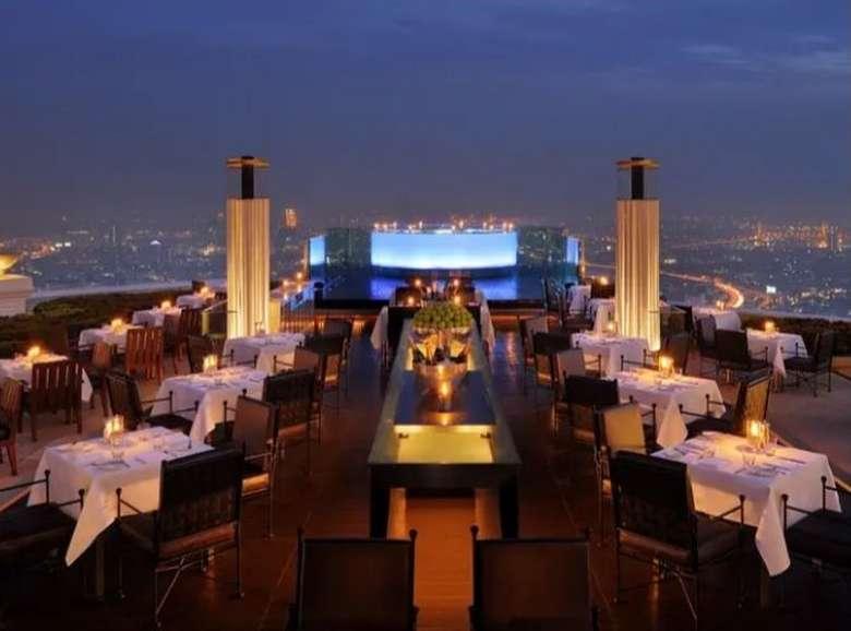 Berada pada ketinggian lantai 63 di hotel bintang 5 Lebua Bangkok, restoran Sirocco ini sangat populer karena kecantikan pemandangannya. Foto: Istimewa