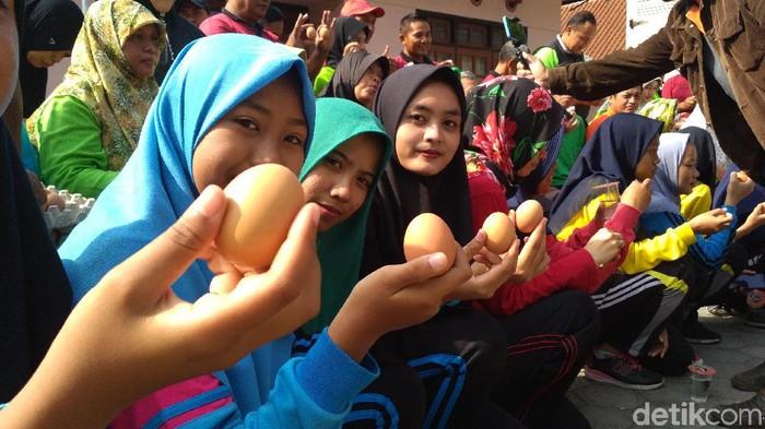 Gerakan makan telur bersama/Foto: Erliana Riady