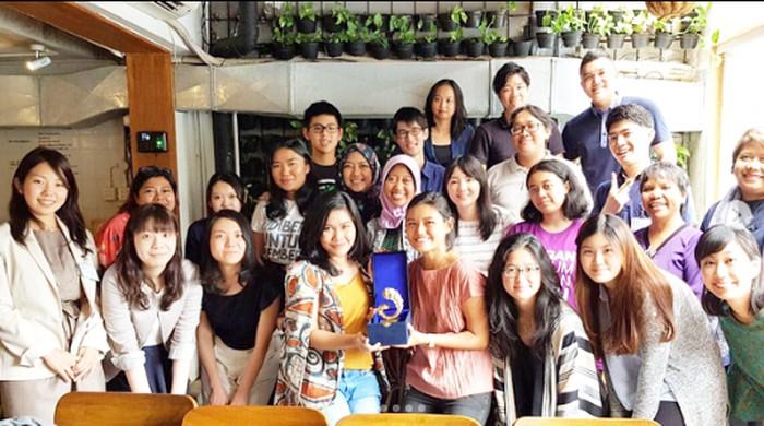 Sebelum dipilih menjadi staf khusus presiden, Ayu Kartika Dewi memang aktif dalam organisasi. Ini bukti kegiatannya yang berlangsung di sebuah kafe. Foto: Instagram @ayukartikadewi