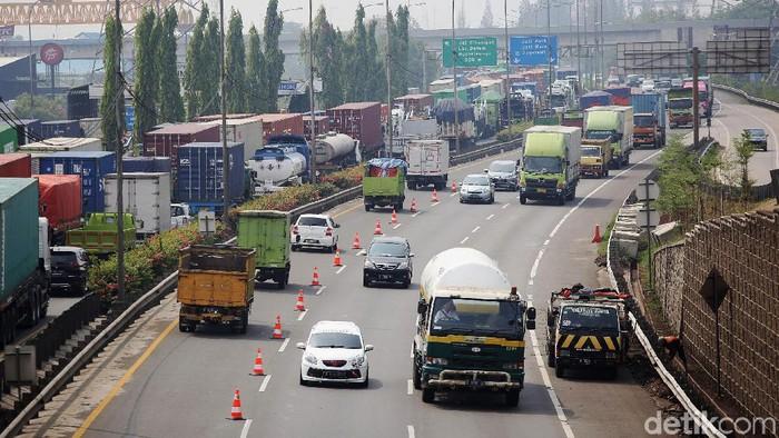 Jasa Marga memberlakukan contraflow di Tol JORR dari Bintara arah Cikampek. Contraflow itu untuk mengurai kemacetan di JORR KM 47.