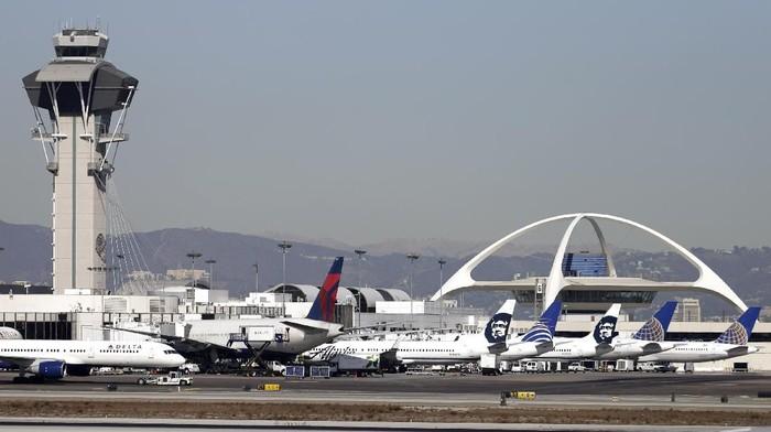 Ilustrasi -- Bandara Internasional Los Angeles (AP Photo/Gregory Bull,File)