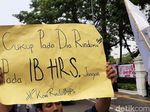 Massa Demo di Kantor Kemlu, Tuntut Pencekalan HRS Dicabut