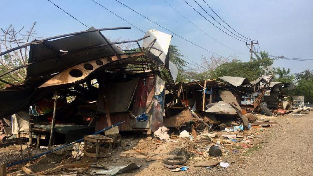 Rem Blong, Truk Seruduk 8 Warung di Jalur Gronggong Cirebon