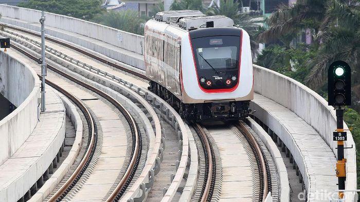Setahun sudah LRT beroperasi secara gratis di Ibu Kota. Per 1 Desember mendatang, LRT Jakarta mulai beroperasi secara komersial alias berbayar.