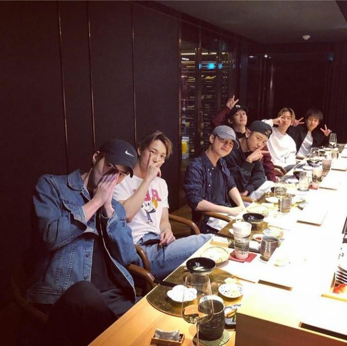 7 orang member EXO yang tampan ini berkumpul bersama di salah satu restoran dan menyantap makan malam dengan gaya santainya. Foto: Instagram