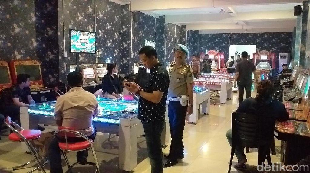 Dua Lokasi Judi di Surabaya Digerebek, 80 Orang Diamankan