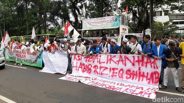 Massa Demo di Kantor Kemlu