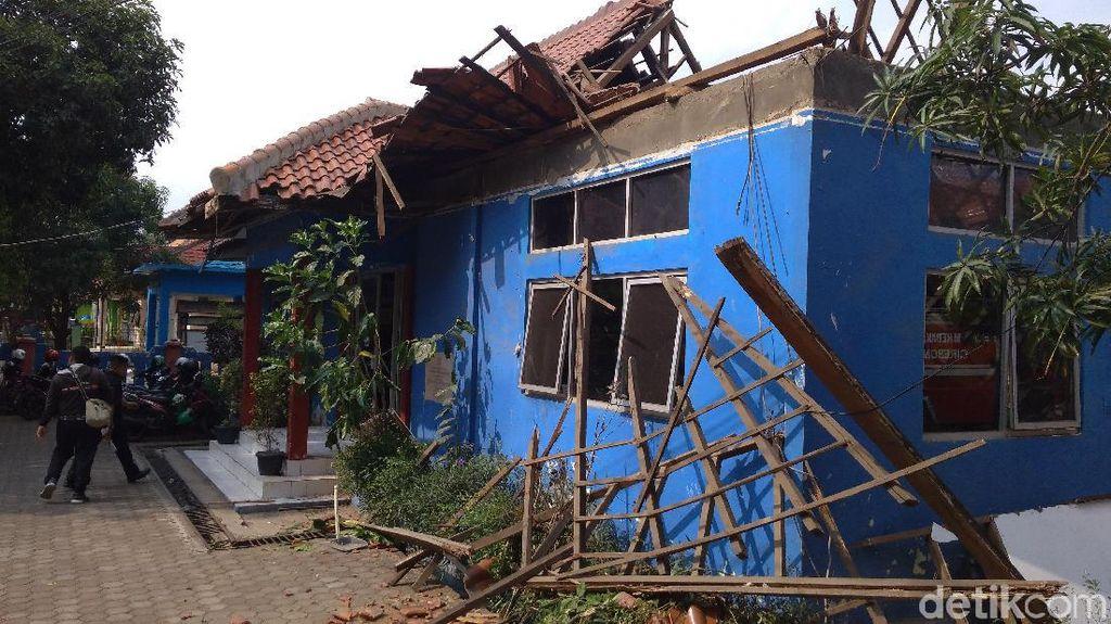 Sudah Lapuk, Ruang Sekretariat Damkar Kota Cirebon Ambruk