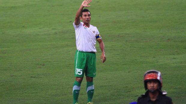 Gelandang Timnas Indonesia, Firman Utina, saat meminta suporter menghentikan aksi laser kepada Markus Harison pada final Piala AFF 2010. (