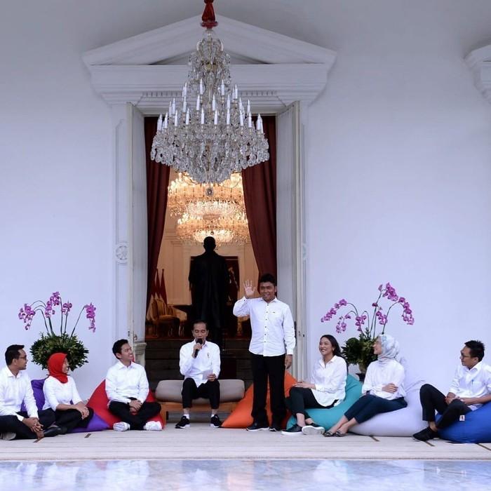Gracia Billy Mambrasar termasuk satu anak muda yang terpilih menjadi staf khusus yang mendampingi Presiden Jokowi. Pria yang akrab disapa Billy ini dkenal sebagai pendiri Yayasan Kitong Bisa yang bergerak di bidang pendidikan untuk anak Papua kurang mampu. Foto: instagram @billymambrasar