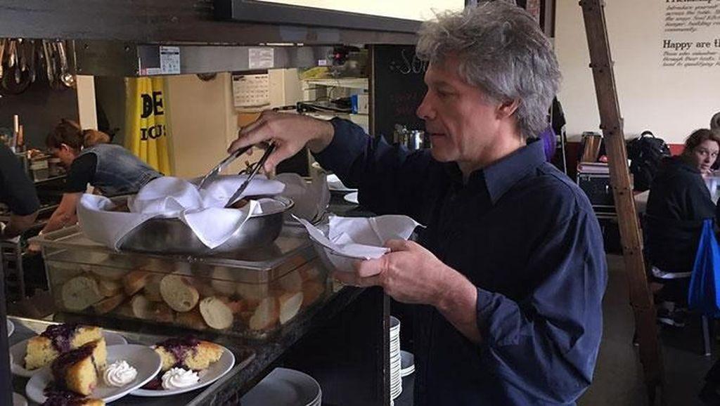 Bantu yang Kurang Mampu, Jon Bon Jovi Buka 2 Restoran Amal