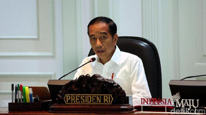 Presiden Joko Widodo kembali menggelar rapat terbatas bersama sejumlah menteri. Ratas itu membahas mengenai pengadaan alutsista.