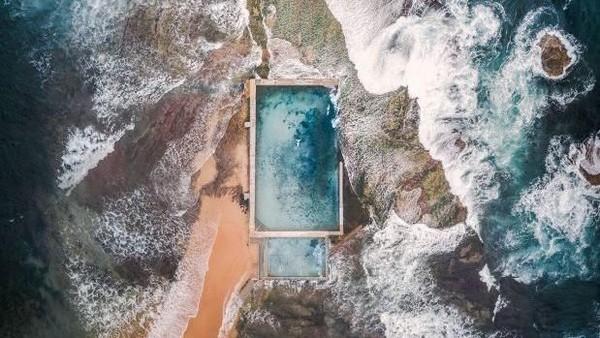 Saat ke Maldives, Lee memotret landscape pantai dari atas menggunakan drone, dan ini hasilnya. (Lee Mumford/instagram)