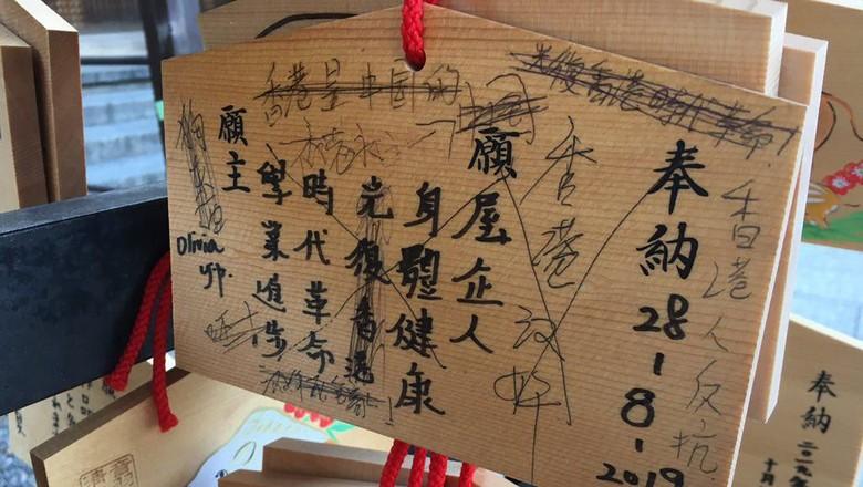 Papan kayu ema di kuil Jepang yang jadi korban vandalisme berupa corat-coretan. (Twitter)