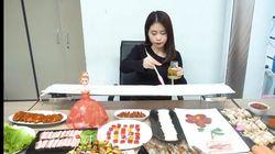 Super Kreatif! Wanita Ini Bikin BBQ Pakai Penghangat Ruangan Kantor