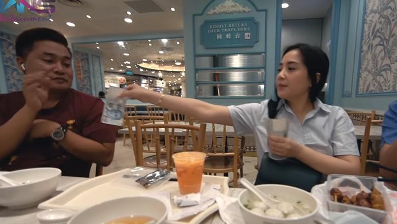 Foto: Nagita Slavina bagi-bagi dolar Singapura (dok.Rans Ent.)