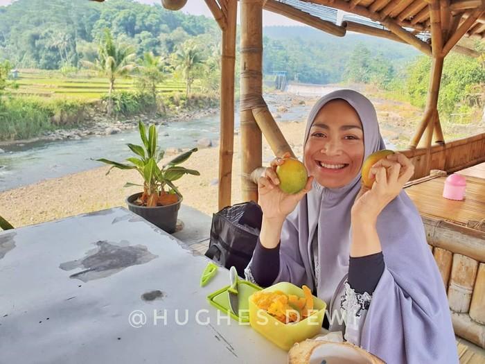 Dengan hipnoterapi, Dewi membuat dirinya hanya mengonsumsi makanan real food alias makanan asli dan menghindari makanan olahan serta memilih yang organik. Its not just about the food, its more about the mind, ungkapnya. (Foto: Instagram/@hughes.dewi)