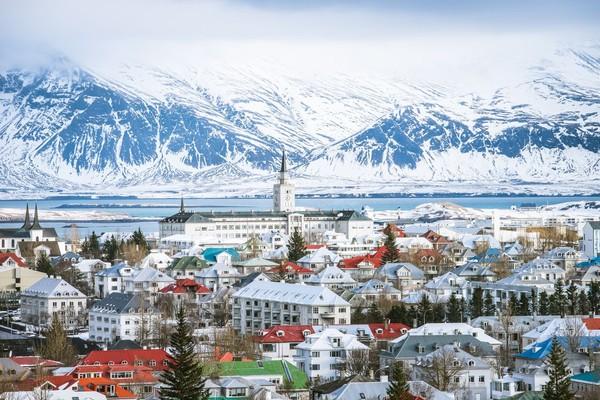 Islandia yang melaporkan tiga kasus di bulan Mei, melarang masuknya WNA, kecuali warga Uni Eropa. Setiap orang yang datang dari luar negeri harus karantina 14 hari sejak 24 April. Pemerintah Islandia berharap untuk mulai mengurangi pembatasan turis internasional pada 15 Juni. Foto ibu kota Reykjavik, Islandia (Foto: iStock)