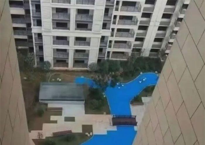 Pengembang dari Changsha, Hunan, China menampilkan iklan untuk menarik calon pembeli membeli apartemennya. Dalam foto tersebut tampak ada danau kecil di tengah taman. Istimewa/Dok. Boredpanda.