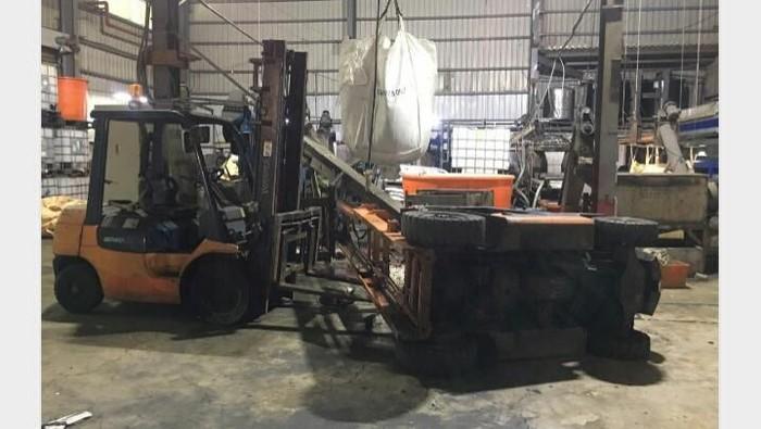 Forklift yang terguling dan menimpa TKI/Foto: Tangkapan Layar