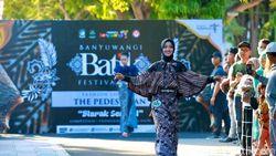 Uniknya Fashion Show Batik di Banyuwangi, Modelnya Tampil di Atas Trotoar