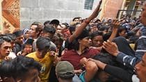 Antusias Warga Banten Berburu Sedekah di Tradisi Panjang Mulud