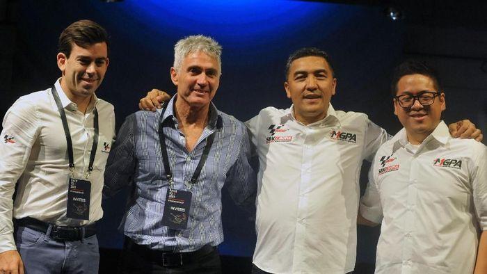 Mick Doohan (kedua dari kiri) senang MotoGP kembali dihelat di Indonesia (ANTARA FOTO/Audy Alwi)