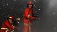 Momen Petugas Damkar Padamkan Kebakaran Toko Kertas di Ciputat