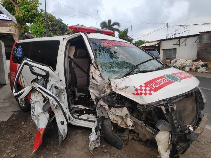 Ambulans yang menabrak pohon di Tulungagung/Foto: Istimewa