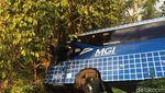 Penampakan Bus Wisata yang Nyungsep di Ciamis