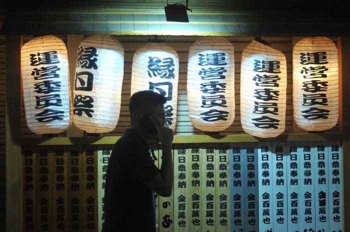Pejalan kaki melihat bagian depan restoran yang bernuansa Jepang, di kawasan