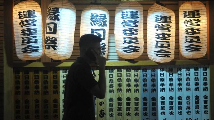 Pejalan kaki melihat bagian depan restoran yang bernuansa Jepang, di kawasan Little Tokyo, Blok M, Jakarta, Sabtu (23/11/2019) malam. Kawasan yang dihuni ekspatriat Jepang sejak awal dekade 80-an tersebut menyajikan nuansa Jepang seperti restoran, tempat hiburan, dan supermarket yang menjual aneka barang khas negeri matahari terbit itu. ANTARA FOTO/Iggoy el Fitra/aww.