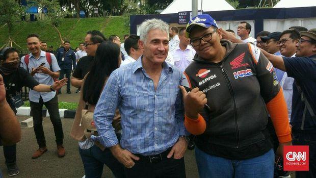 Mick Doohan berfoto bersama suporter Indonesia.