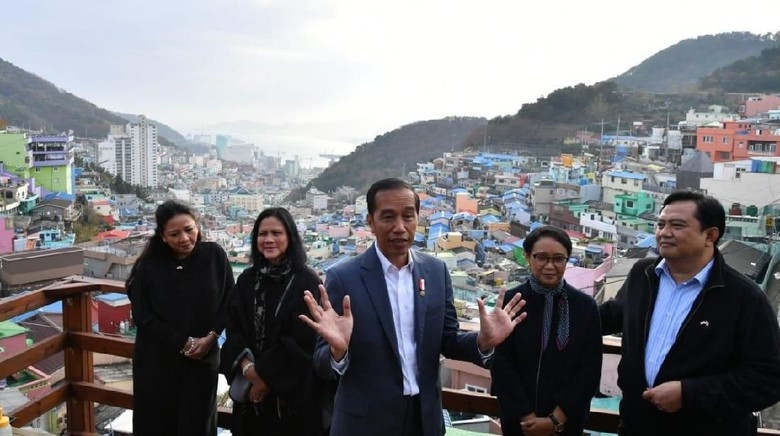 Jokowi dan rombongan di kampung warna-warni Korea (Foto: Laily Rachev - Biro Pers Sekretariat Presiden)