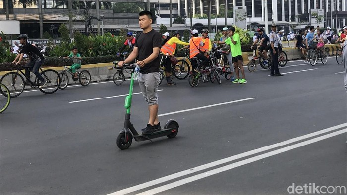 Pengguna skuter listrik di CFD Jakarta, 24 November 2019. (Rolando/detikcom)