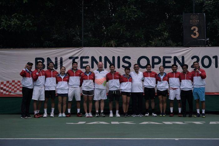 Tim Nasional Tennis Indonesia untuk berlaga di SEA Games 2019 saat berfoto bersamaa usai acara peresmian tim di Jakarta, Jumat (22/11/2019).