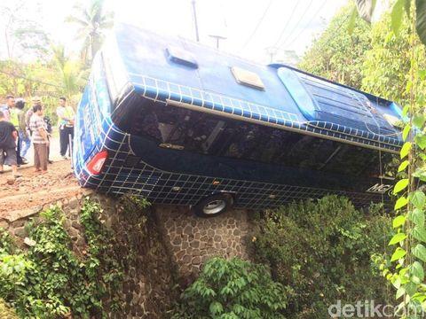 Pulang Wisata, Bus Sarat Penunpang Nyungsep ke Jurang Ciamis