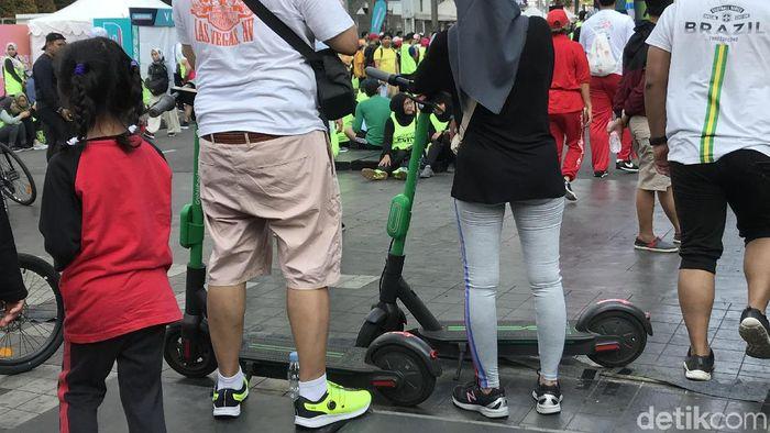 Foto: Pengguna skuter listrik di CFD Jakarta, 24 November 2019. (Rolando/detikcom)