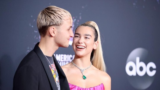 A Lady In Pink! Dua Lipa Memesona di Red Carpet AMAs 2019