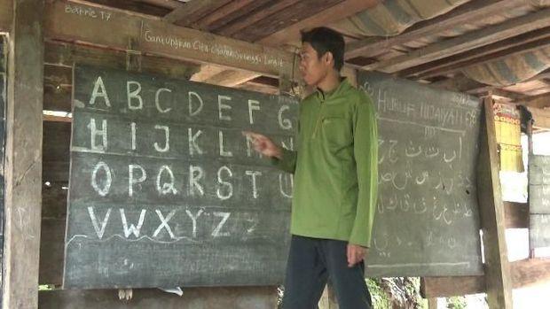 Anak-anak yang dulu belajar di bawah kolong rumah dengan penuh keterbatasan kini telah mendapatkan ruang sekolah.