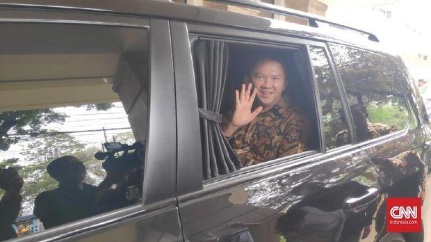 Basuki Tjahja Purnama menumpangi Toyota Land Cruiser.