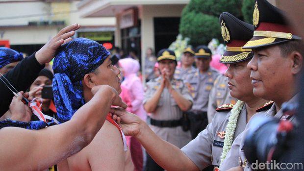 Serah Terima Jabatan Kapolres Bandung Disambut Atraksi Debus
