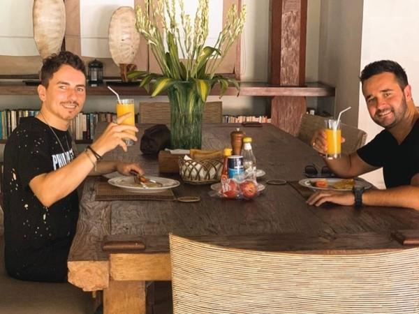 Jorge Lorenzo yang sedang menikmati makan siang di vila Casa Evaliza bersama rekannya (@jorgelorenzo99/Instagram)