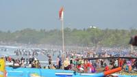 Selain melakukan pembangunan sarana dan prasarana, Pemerintah Kabupaten Pangandaran juga telah melakukan penertiban agar kawasan pantai bersih dan nyaman.